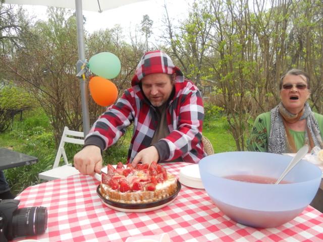 Kristian leikkaa kakkua.JPG