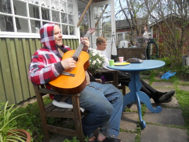 Kristian soittaa kitaraa (2).JPG