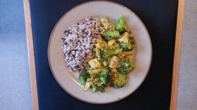 Riisia, kanaa ja tuoreita vihanneksia.jpg