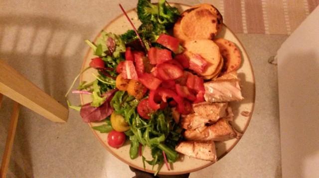 bataattipihvejä, kalaa ja vihanneksia.jpg