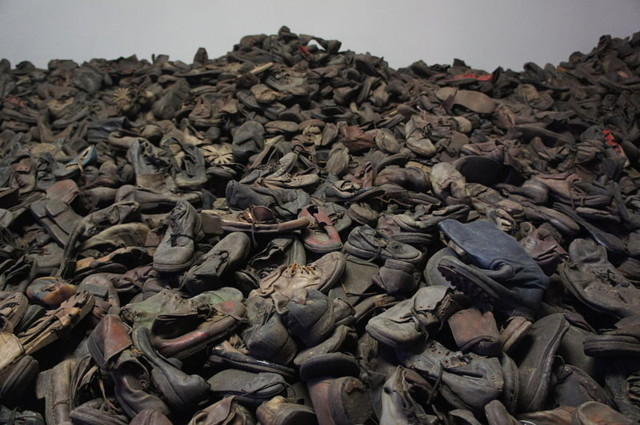 800px-Auschwitz-Shoes-new12345.jpg