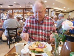Antti aamiaisella.JPG