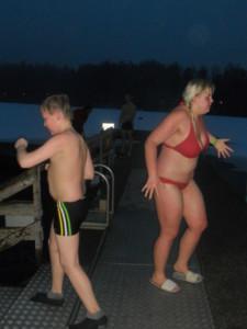 Roni ja Anne Kuusijärvellä avantouinnilla.JPG