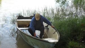 Juha tyhjentää venettä.JPG
