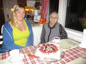 Anne ja Elsa kakkukahveilla.JPG