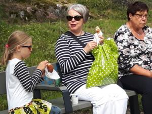 Kia, Eila ja Salme syövätmunkkia.jpg
