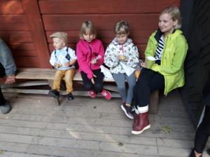 Roope, Anu ja tytöt riihellä.jpg