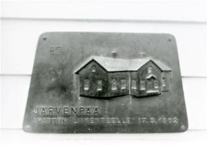 Järvenpään asemarakennuksen muistolaatta.jpg